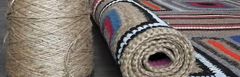 Уютный коврик для дома, связанный из остатков пряжи