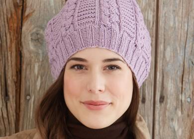 Сиреневая шапка берет с косами, связанная спицами