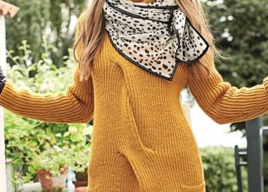 Яркий свитер с широкой косой и накладными карманами спицами