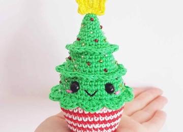 Симпатичная новогодняя ёлочка кексик, связанная крючком
