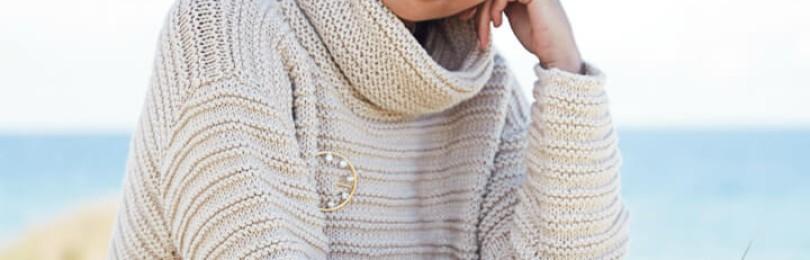 Женственный образ: укороченный свитер спицами с воротником гольф