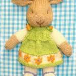 Красивый вязаный заяц-девочка спицами