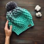 Модная женская шапка крючком с помпоном пышными столбиками