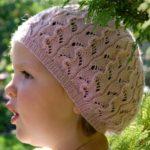 8 моделей летних шапочек для девочек спицами со схемами