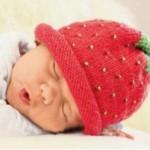 11 вариантов шапочек ягодка вязаных спицами со схемами, описанием и видео мк