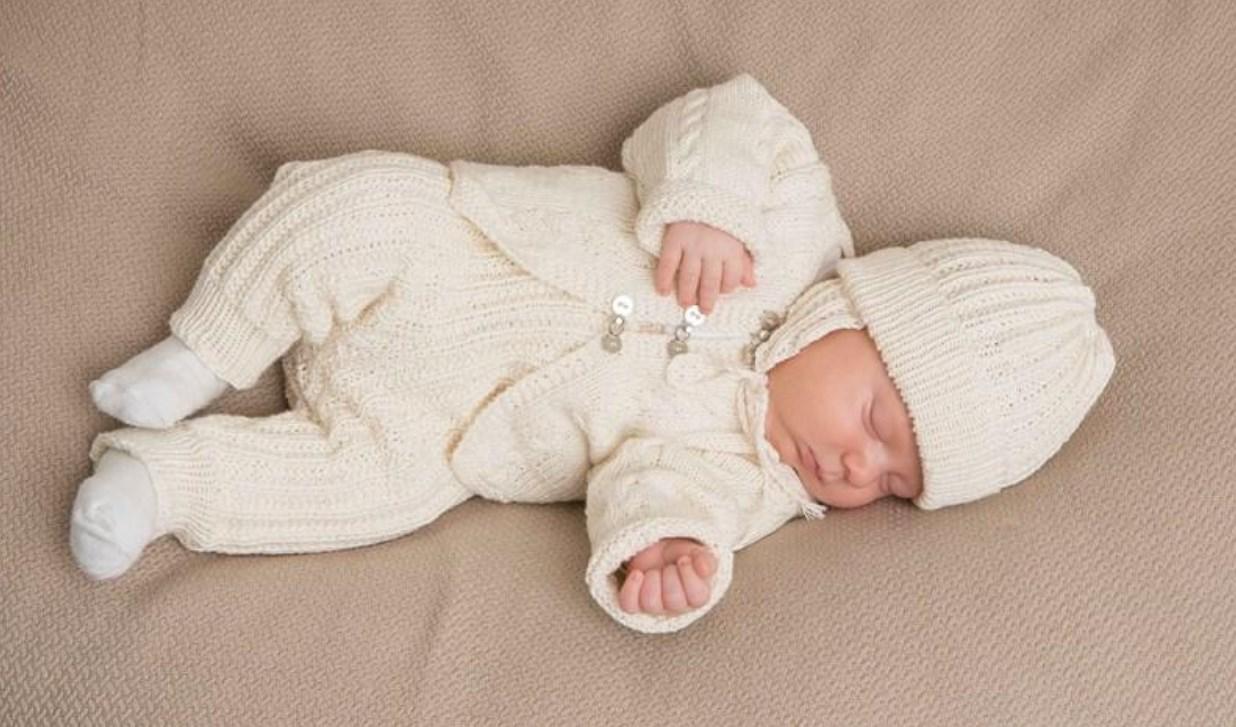 вязаные костюмчики для новорожденных спицами 14 моделей