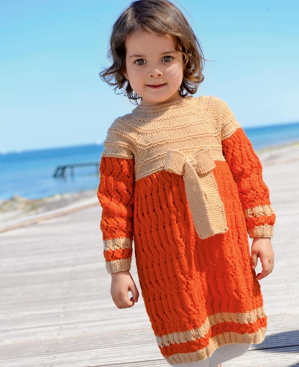 2 модели двуцветных платьев для девочки связанные спицами