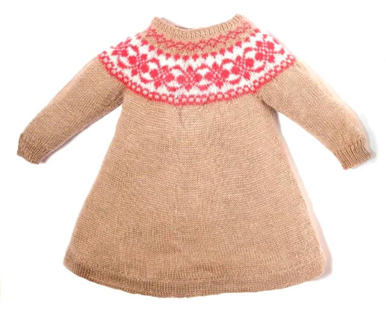 2 модели детских платьев с круглой кокеткой вязанных спицами