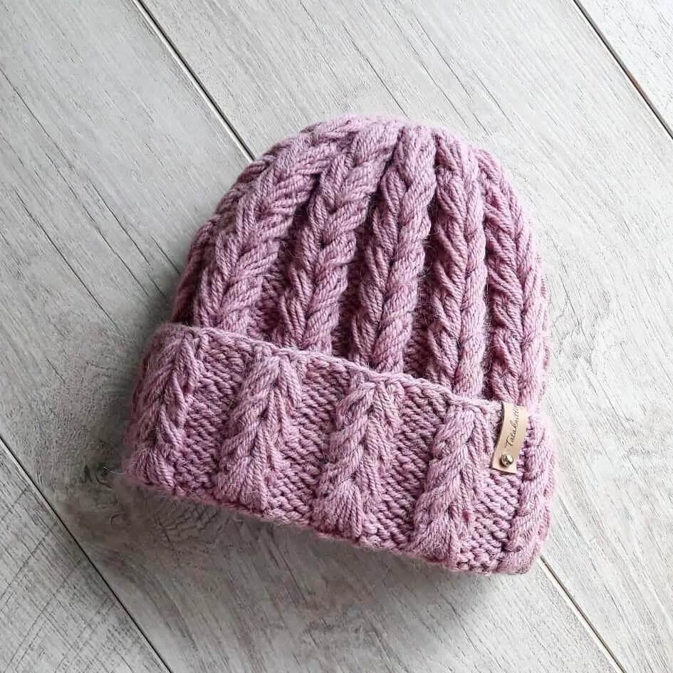 Эта шапочка со стильным объемным узором спицами – хит сезона 2021/22